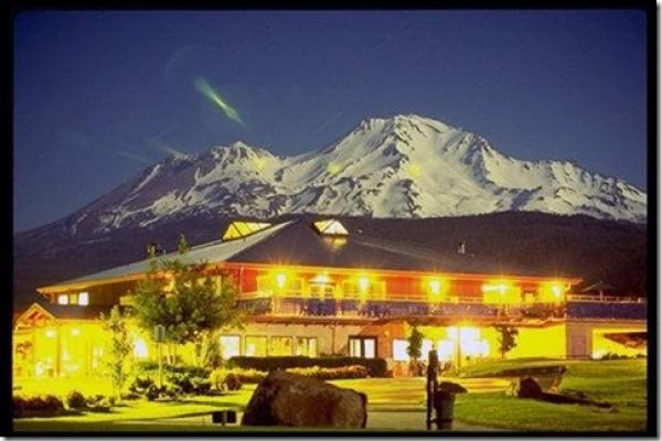mount-shasta-resort-hotel-exterior-1-def792C8A71-8B02-7E47-4652-2626D3FCC3EB.jpg